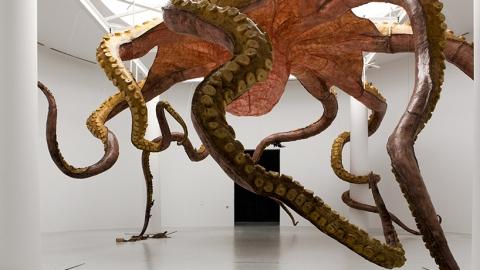 چیدمان هیولای دریایی معلق از سقف موزه ی قطر